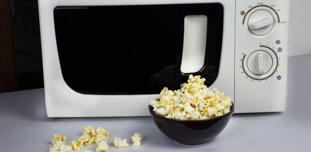 How to Make Microwaved Popcorn
